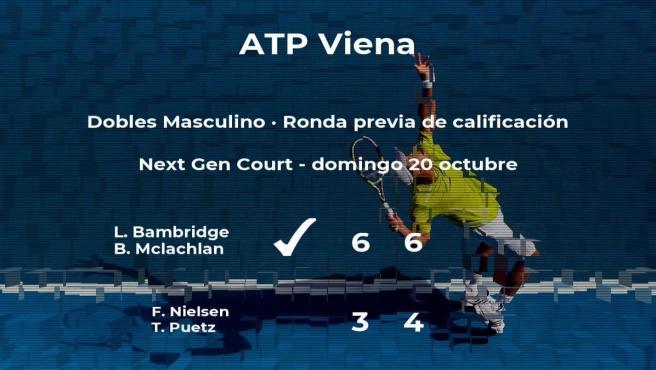 El tenista ganan al tenista en la ronda previa de calificación