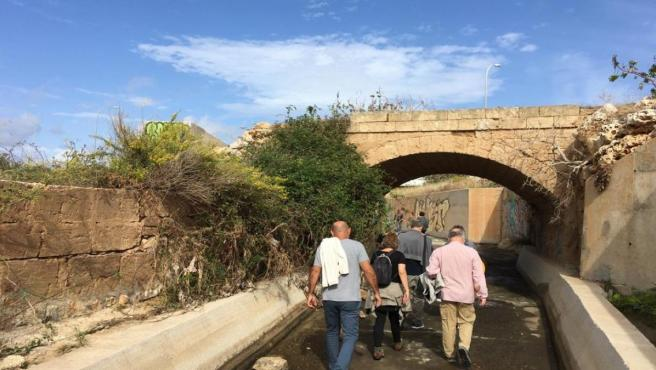 Varios asistentes al recorrido por los torrentes de Palma.