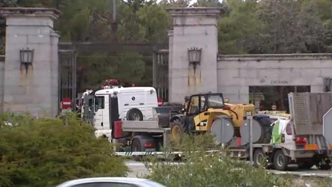 Momento de la entrada de maquinaria pesada en el Valle de los Caídos para los trabajos de exhumación de Franco.
