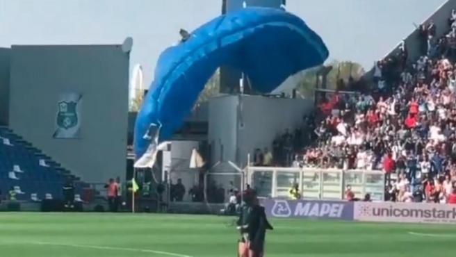 El paracaidista irrumpió en mitad del partido entre Sassuolo e Inter de Milán.