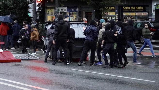 Altercados durante la protesta convocada contra un acto de Vox en Bilbao.