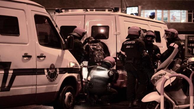 Altercados y manifestantes detenidos tras las protestas durante un acto de Vox en Bilbao a 20 de octubre de 2019