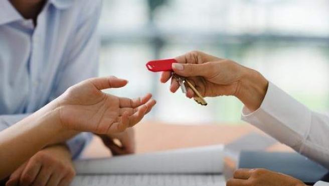 Entrega de unas llaves de un piso en alquiler.