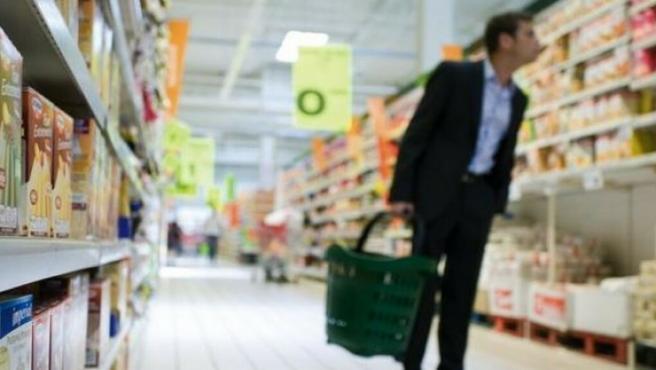 Un hombre comprando en el supermercado.