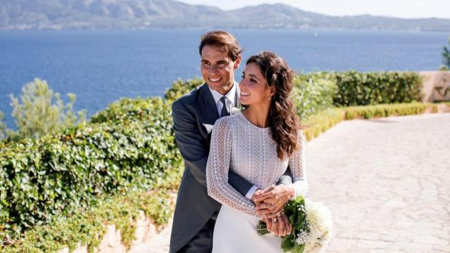 Imagen de Rafa Nadal y Mery Perelló posan sonrientes tras contraer matrimonio.