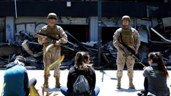 Militares montan guardia en un supermercado en Valparaíso (Chile), destruido durante las protestas por la desigualdad social.