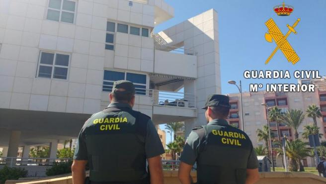 Agentes de la Guardia Civil auxilian a una mujer en coma y a su hija en una vivienda de Roquetas de Mar (Almería)