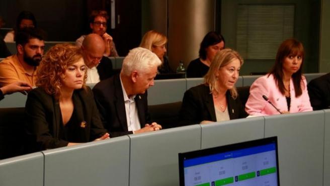 La regidora de JxCat Neus Munté explica al inicio de la comisión que se ausentarán de la sesión. Al lado izquierda, Ferran Mascarell (JxCat) y Elisenda Alamany (ERC). A la derecha, Maria Magdalena Barceló (Cs) se lo mira.