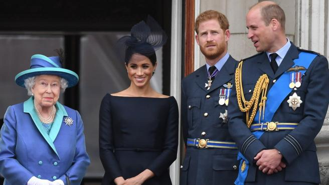 Elizabeth II, con los príncipes William y Harry y Meghan Markle.