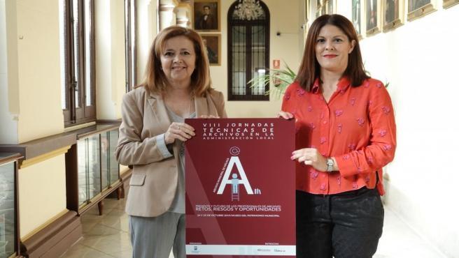 La concejala de Cultura, Noelia Losada (d), presenta las jornadas técnicas sobre archivos en la Administración Local.