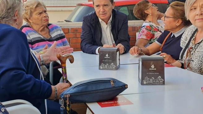 El candidato del PSOE al Senado Juan Carlos Pérez Navas se reúne con pensionistas