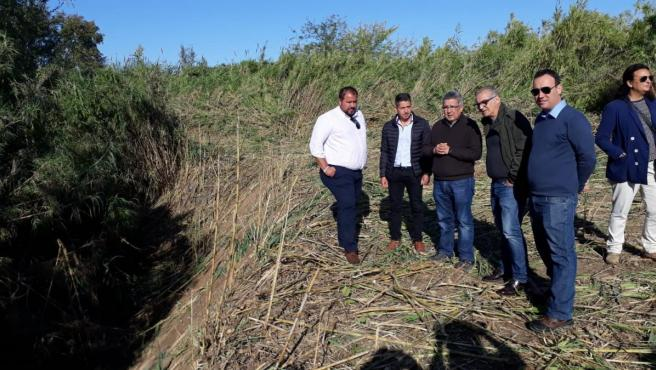 El subdelegado del Gobierno en Sevilla, Carlos Toscano, y el presidente de la CHG, Joaquín Páez Landa, vsitan los trabajos de conservación de los arroyos de Brenes