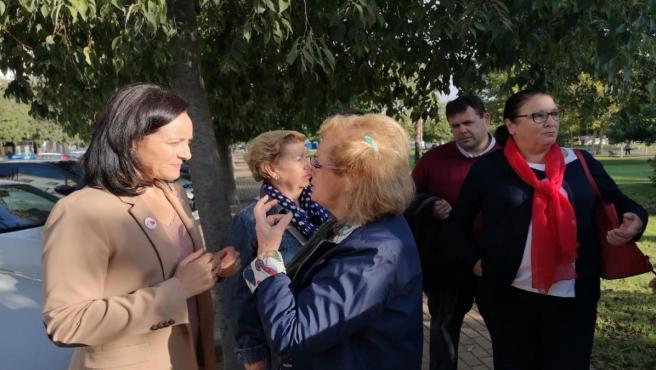 Crespín habla con una cordobesa durante el paseo electoral.