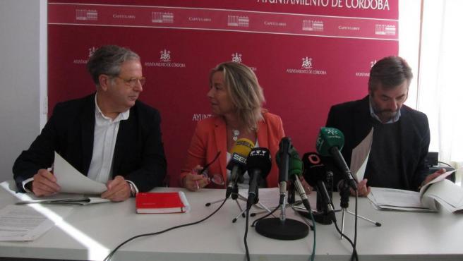 Isabel Albás con Miguel Ángel Torrico y Salvador Fuentes.