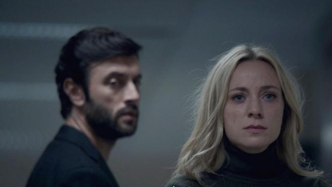 Javier Rey y Ángela Cremonte en la serie 'Mentiras', de Antena 3.