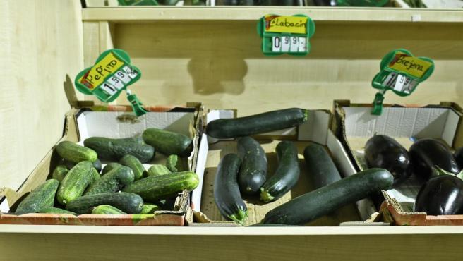 Caja de pepinos, caja de calabacines y caja de berenjenas en un mercado de Madrid.