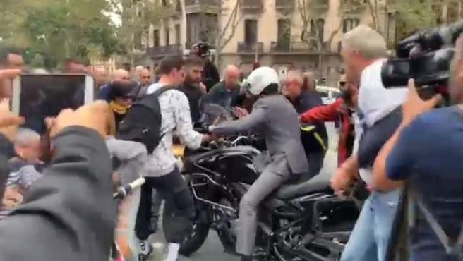Un motorista arremete contra un grupo de manifestantes en Barcelona.