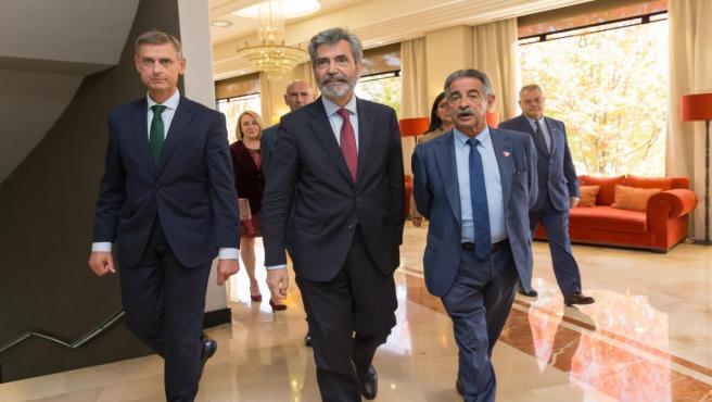 El presidente del Supremo, Carlos Lesmes, con Revilla y López del Moral en el acto de apertura de las XVI Jornadas Anuales de presidentes de tribunales superiores de justicia