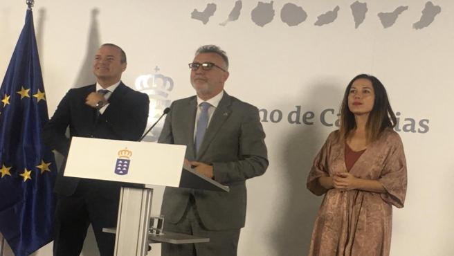 El presidente del Gobierno de Canarias, Ángel Víctor Torres, ofrece declaraciones ante el alcalde de Las Palmas de Gran Canaria, Augusto Hidalgo, y la alcaldesa de Santa Cruz de Tenerife, Patricia Hernández