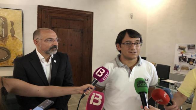 El conseller de Modelo Económico, Turismo y Trabajo, Iago Negueruela, con el conseller insular de Turismo, Andreu Serra.
