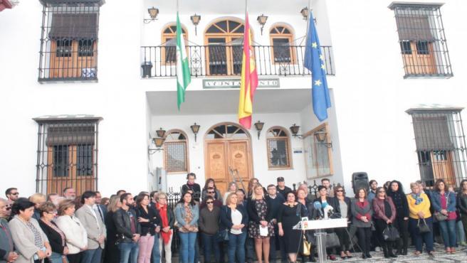 Minuto de silencio ante el Ayuntamiento de La Zubia (Granada) para condenar el último crimen machista