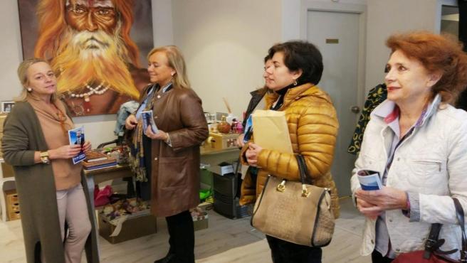 Visita a comerciantes de Gijón de la cabeza de lista de la coalición PP-Foro en Asturias al Senado, Mercedes Fernández