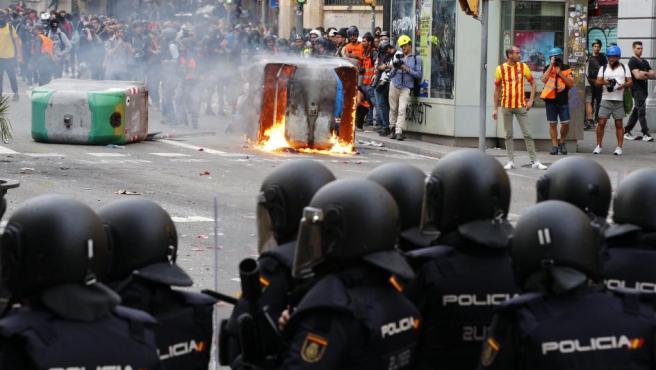 Agentes antidisturbios, durante las protestas que se produjeron ante la comisaria de la Policía Nacional de Via Laietana.