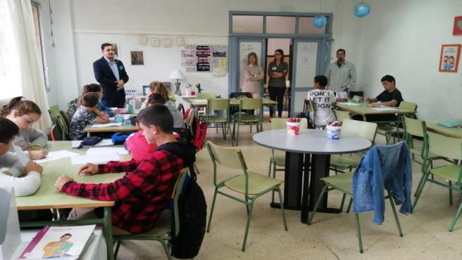 El consejero de Participación Ciudadana del Cabildo, Nauzet Gugliotta, visita uno de los centros escolares del programa 'Presidencia por un día'