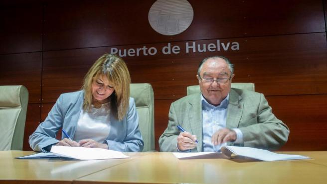 La presidenta del puerto de Huelva, Pilar Miranda, y el del Banco de Alimentos, Juan Manuel Cabrera.