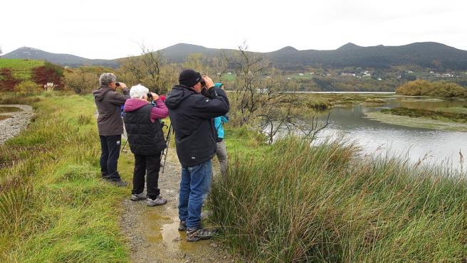 Personas observan aves en Urdaibai