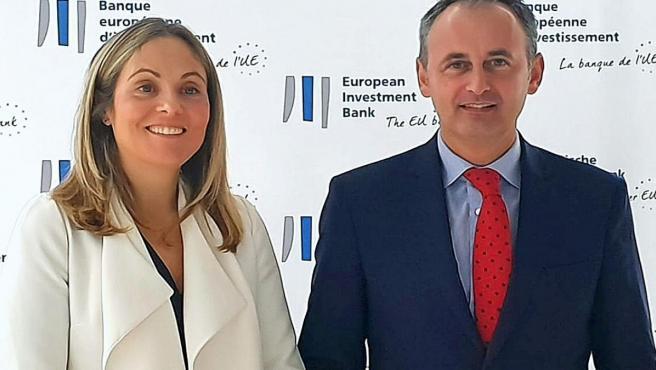 El consejero de Presidencia y Hacienda, Javier Celdrán, junto a la vicepresidenta del Banco Europeo de Inversiones (BEI), Emma Navarro
