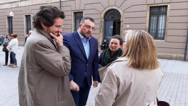 El presidente del Principado, Adrián Barbón, junto a uno de los impulsores de la exhumación del dictador Francisco Franco, Eduardo Ranz, antes de inaugurar unas jornadas sobre memoria democrática en Gijón