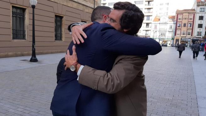 El impulsor de la exhumación del dictador Francisco Franco, Eduardo Ranz, se abraza efusivamente con el presidente del Gobierno del Principado, Adrián Barbón, antes de inaugurar unas jornadas sobre memoria histórica en Gijón