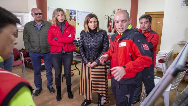 La consejera de Presidencia en el Puesto de Mando Avanzado habilitado en Arredondo para el rescate de cuatro espeleólogos portugueses
