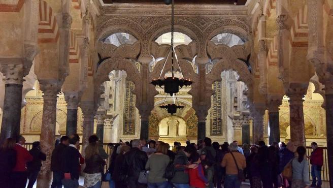 Turistas ante el Mihrab en la Mezquita-Catedral de Córdoba.