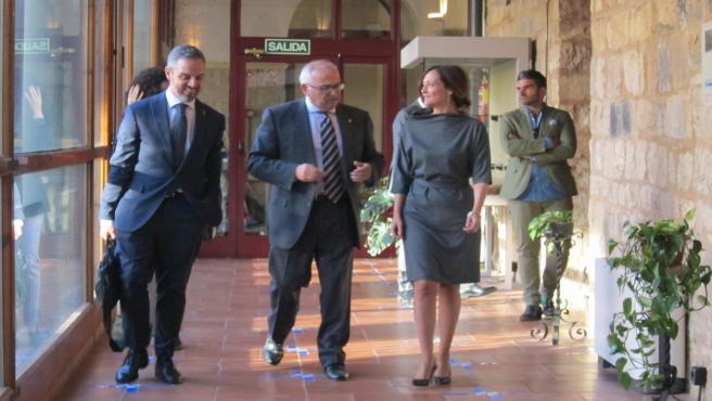 Juan Bravo (i), junto a Manuel Parras y Maribel Lozano, a su llegada para reunirse con el CES Provincial.