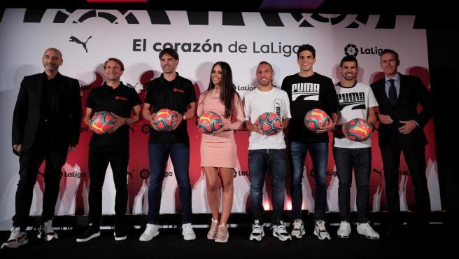 Cristina Pedroche, en el centro de la foto de familia con jugadores y exjugadores de LaLiga.