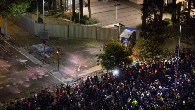 Centenares de personas piden la dimisión del conseller de Interior, Miquel Buch, en una concentración ante la sede de su departamento en Barcelona.