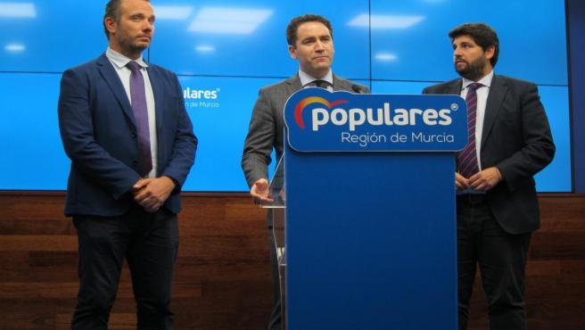El secretario general del PP, Teodoro García junto al presidente del PPRM y de la Comunidad, Fernando López Miras, y el portavoz del Grupo Parlamentario Popular y director de campaña, Joaquín Segado