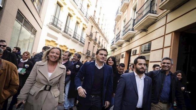 Albert Rivera con Isabel Albás y Fran Carrillo en las calles de Córdoba, en una imagen de archivo.