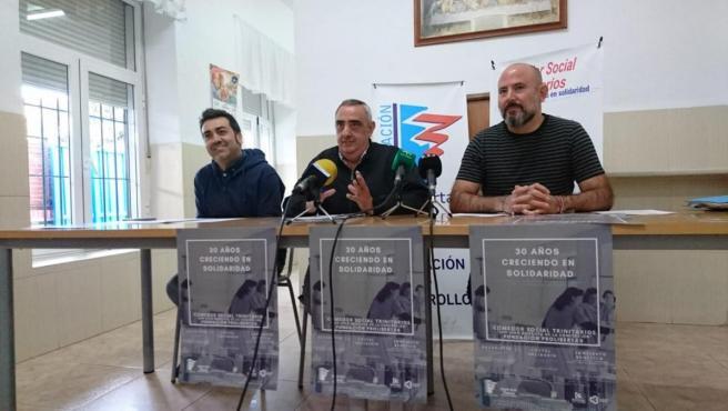 El director general de Fundación Prolibertas, Antonio Jiménez, entre David Lino (izda.) coordinador del Comedor Social, y Eduardo García (dcha), delegado de la entidad en Córdoba.