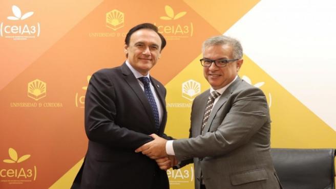 Gómez Villamandos (izda) y García tras la firma del acuerdo
