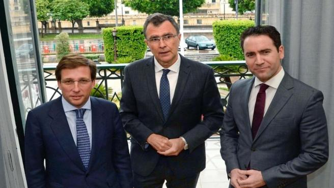 Ballesta recibe alcalde de Madrid, José Luis Martínez-Almeida en Alcaldía junto al secretario general del PP, Teodoro García