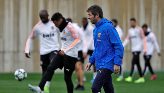 Albert Celades dirige un entrenamiento del Valencia
