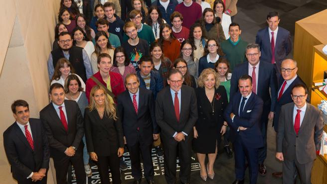 Algunos de los alumnos beneficiarios con el rector de la Universidad, Alfonso Sánchez-Tabernero y el presidente de Santander Universidades, Matías Rodriguez Inciarte.