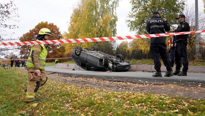 El coche volcado tras el incidente en Oslo.