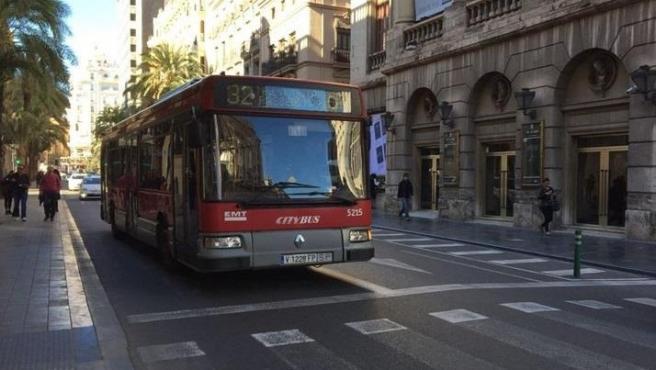 Autobús de la EMT por el centro de València