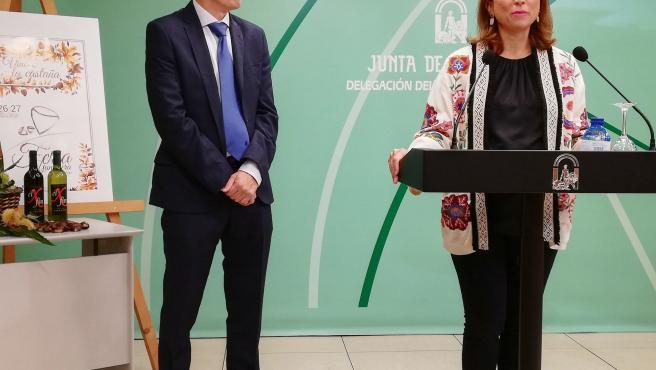 El alcalde de Yunquera, José Antonio Víquez, y la delegada del Gobierno andaluz en Málaga, Patricia Navarro.