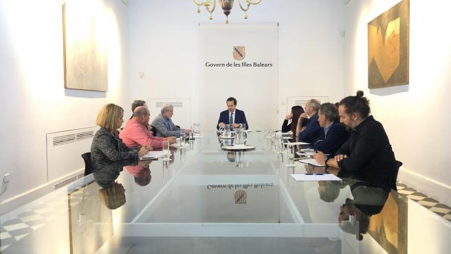 El conseller de Movilidad y Vivienda, Marc Pons, en una reunión con representantes de la Asociación de Constructores de Baleares.