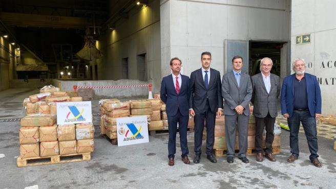 El jefe de Vigilancia Aduanera en Baleares, Carlos González, y el delegado del Gobierno en Baleares, Ramon Morey, en la incineración de las 5,8 toneladas de hachís